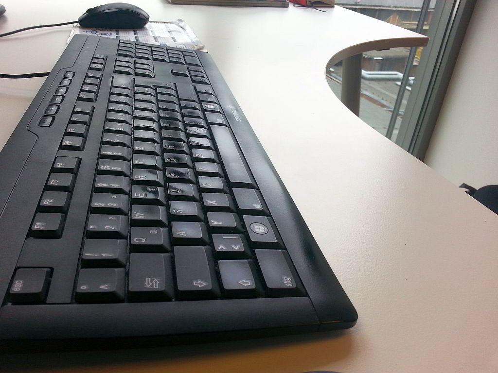 Tastatur auf Schreibtisch - AVB Büroeinrichtungen Düsseldorf