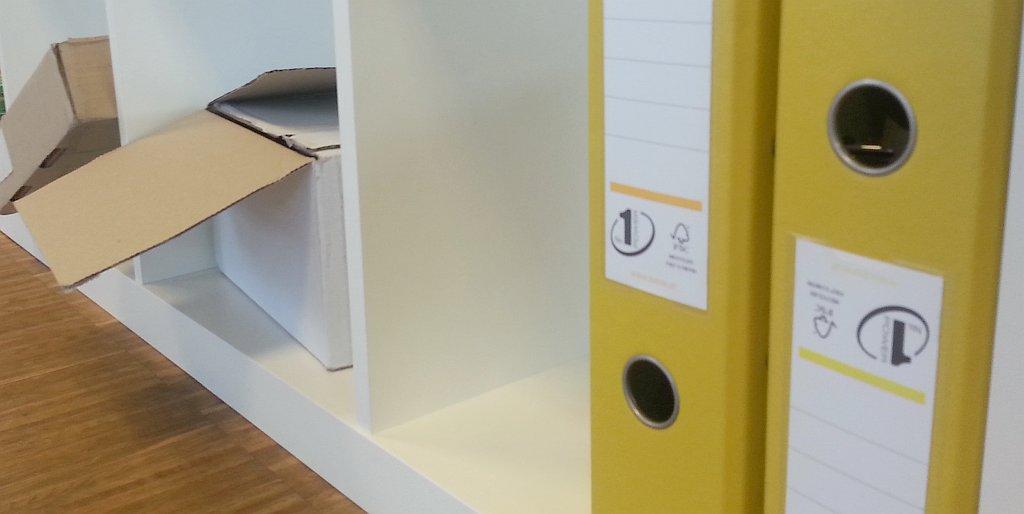 Gelbe Aktenordner im Regal - AVB Büroeinrichtungen Düsseldorf