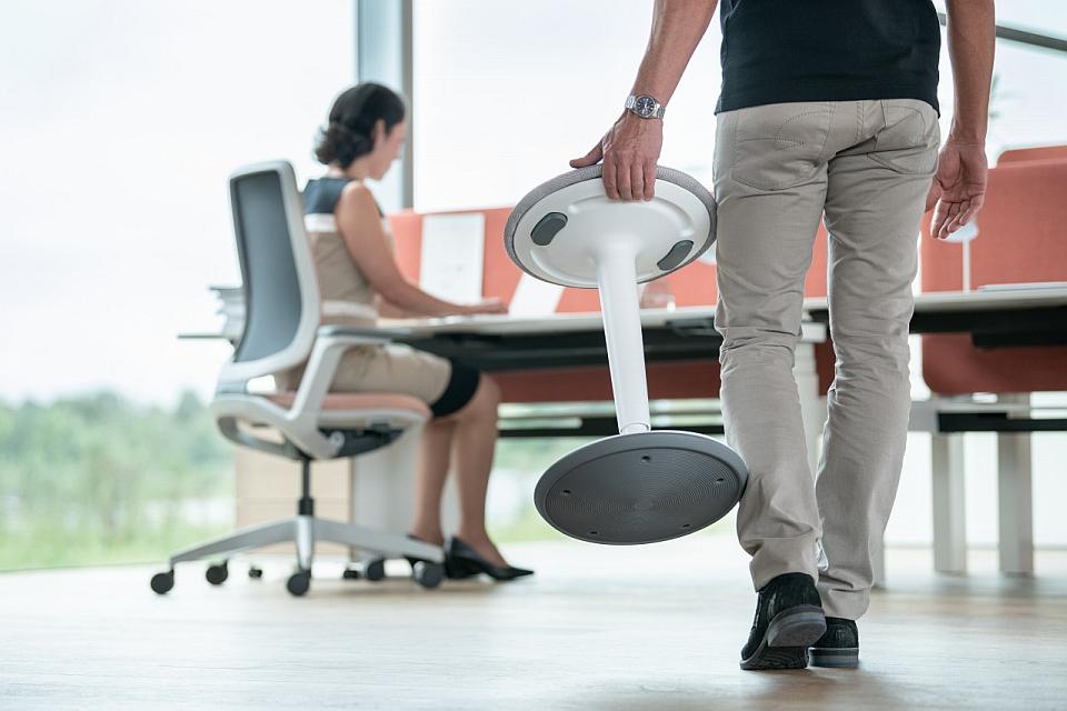 Ein Mann im Büro trägt einen se:fit Hocker - AVB Büroeinrichtungen