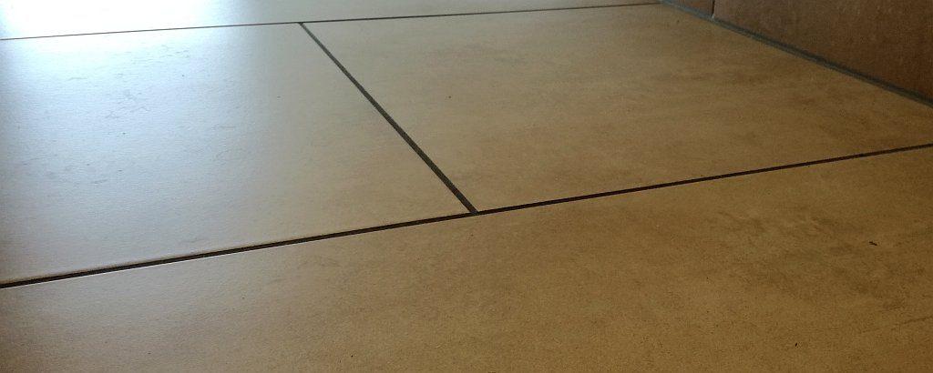 Nahaufnahme von Bodenfliesen - AVB Büroeinrichtungen